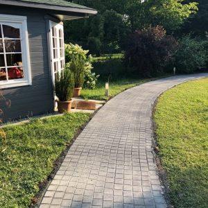 Gartenhütte und Weg Pflasterstein verlegen